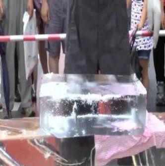 Obra de arte creada en un bloque de hielo. ¡Genial!