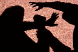 Assaltantes arrancam pedaço de cabelo de mulher com faca durante roubo em Alagoinhas