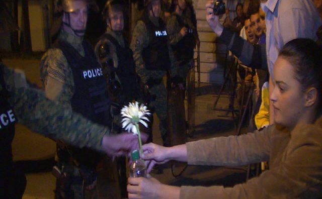 Steine und Blumen für makedonische Polizisten