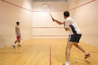"""Mantenha a bola """"colada"""" às paredes laterais no Squash"""