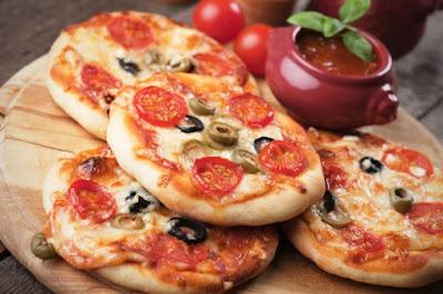 ميني بيتزا بالطماطم الكرزية