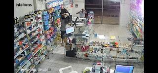 VÍDEO: Bandido foge após dono de farmácia reagir a assalto no Piauí