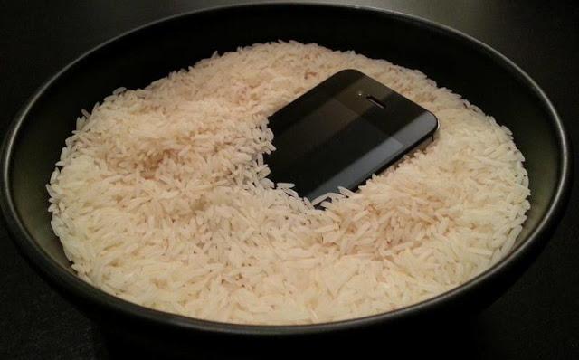 أكبر كذبة في التاريخ : وضع الهاتف بعد سقوطه في الماء في الأرز يقوم بإصلاحه وإليكم طريقتي السحرية لكيف قمت بإصلاحه