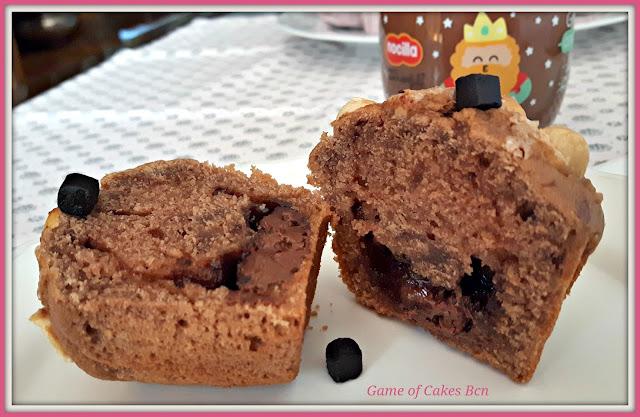 Muffin de Nocilla y Avellanas abierto por la mitad