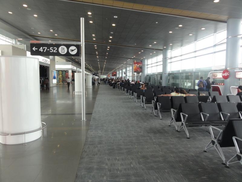"""Aspecto del aeropuerto """"El Dorado"""" de Bogotá. Nótese el tipo de sillas, la techumbre y los cilindros publicitarios. FOTO: Especial"""