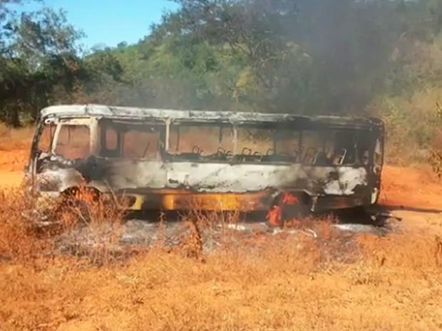 Quinze crianças estavam dentro do veículo no momento do incêndio. Não houve feridos (Foto: Reprodução/ TV Bahia)