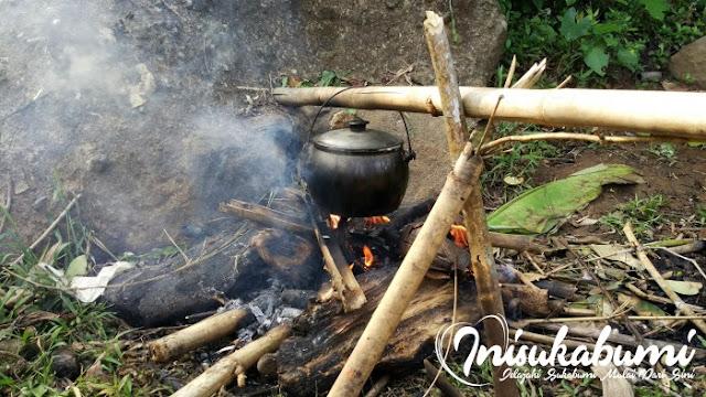 Nasi liwet yang sedang dimasak didalam kastrol