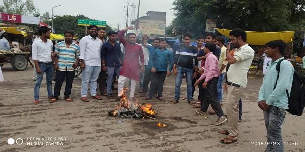 nirdosh-chatro-ki-maut-ko-lekar-vidyarthi-parishad-ne-pashchim-bangal--mukhyamantri-mamta-banarji-ka-putla-phoonka