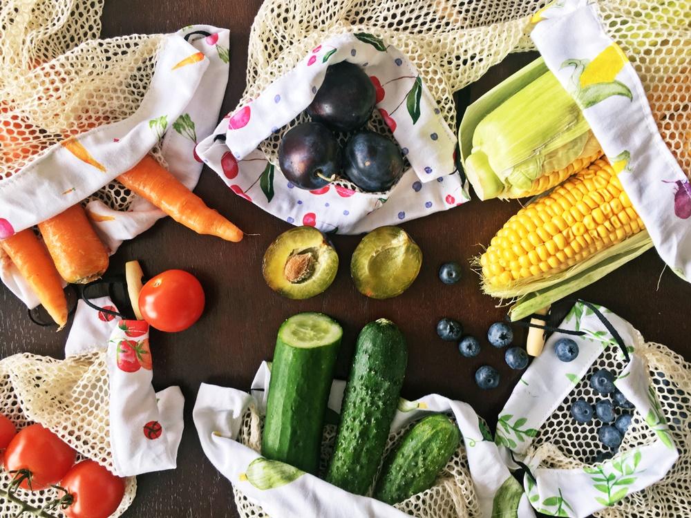 Worki wielorazowe na warzywa i owoce wśród kolorowych warzyw i owoców