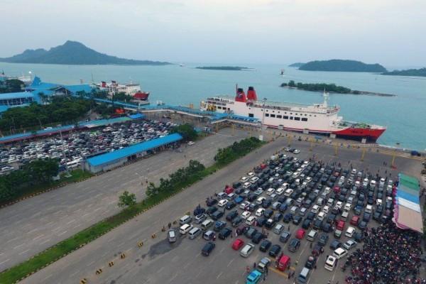 Antrean Mengular Belasan Penumpang di Pelabuhan Bakauheni Pingsan