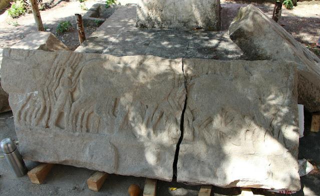 «Το ανάγλυφο φέρει σκηνές που δείχνουν Έλληνες οπλίτες να πολεμούν κάτω από τις οπλές Περσικών πολεμικών αλόγων», δήλωσε ο αρχαιολόγος Kaan Iren, ο οποίος ηγείται της ανασκαφής που διεξάγεται στην αρχαία πόλη του Δασκυλίου στη περιοχή της Πάνορμου Κυζίκου (Bandirma) της σημερινής Τουρκίας.