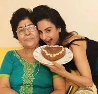 रति पांडे अपनी माँ के साथ