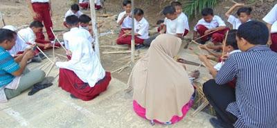 Langkah 3 pembuatan besek/piti Peserta didik dan guru mulai mempraktekkan membuat iratan-iratan kecil