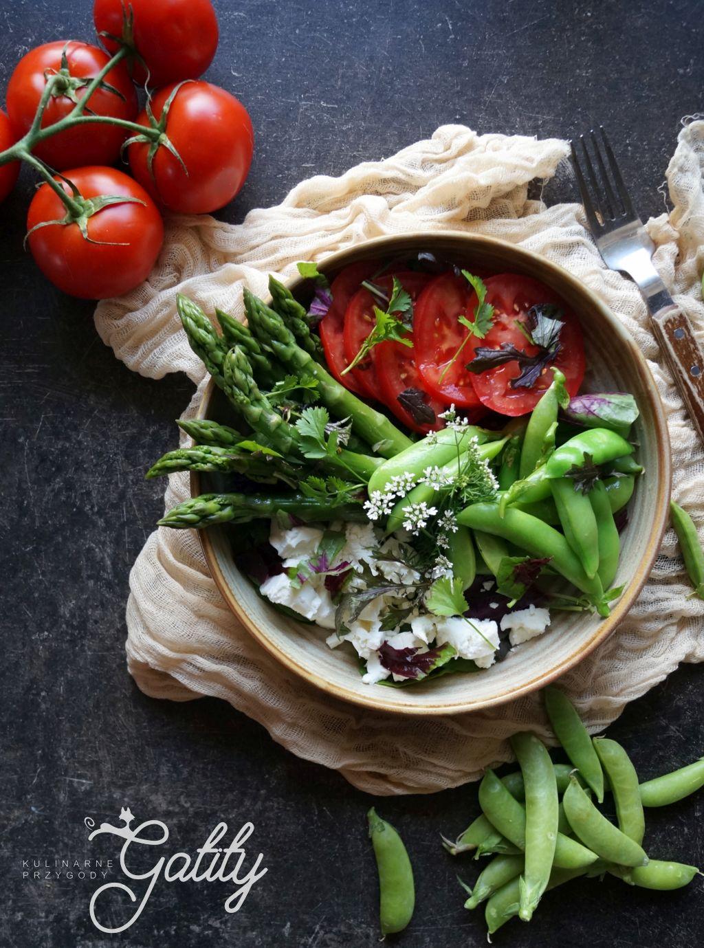 zielone-i-czerwone-warzywa-na-talerzu