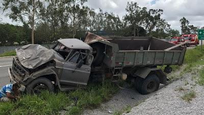 Caminhão carregado de brita capota na BR-230 em Santa Rita-PB
