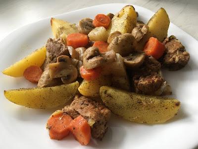 Mięso z ziemniakami, marchewką i pieczarkami