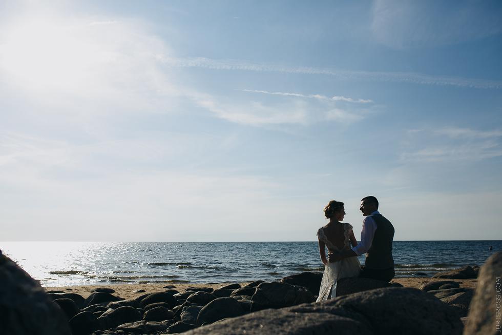 kāzu fotosesija pie jūras, veczemju klintis, kāzas jūras krastā