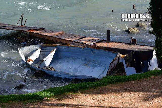 Μεγάλες ζημιές σε βάρκες στην Καραθώνα - Πτώση μεγάλης κλάρας σε αυτοκίνητο στο Ναύπλιο (βίντεο)