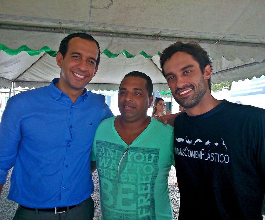 O prefeito Paulo Alexandre Barbosa, o líder comunitário André Ribeiro e o diretor-presidente William Rodriguez Schepis durante visita ao canteiro de obras do projeto Santos Novos Tempos.