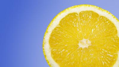 Τρόπος για να καθαρίσετε τον ανοξείδωτο νεροχύτη σας  με ένα λεμόνι.