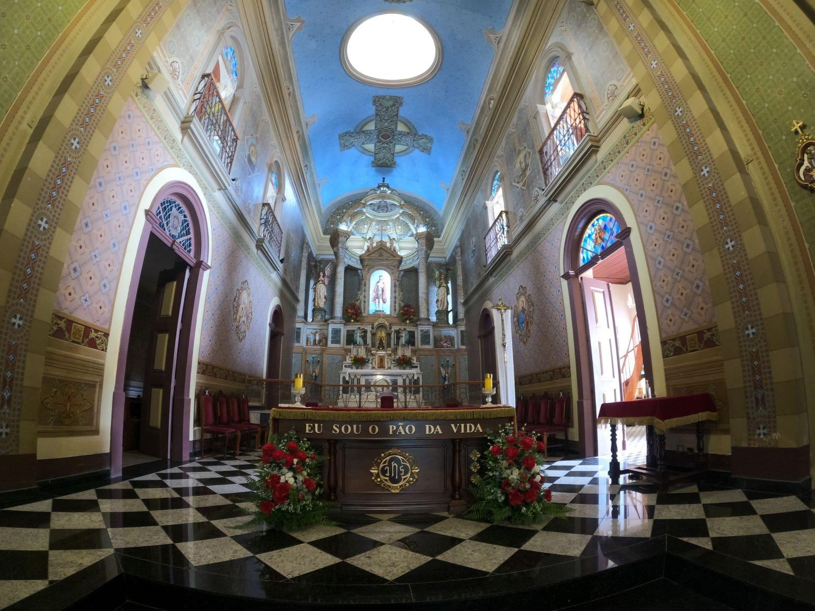 altar de marmore de uma igreja
