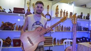 Minha maior satisfação é ver um músico usando meu instrumento no palco, diz artesão de Nova Palmeira