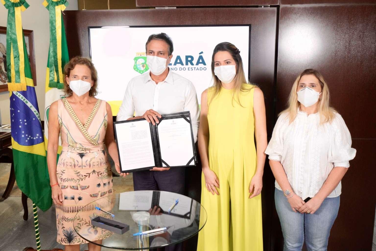 Governo do Ceará anuncia projeto de lei para distribuir absorventes higiênicos a estudantes de escolas públicas e universidades