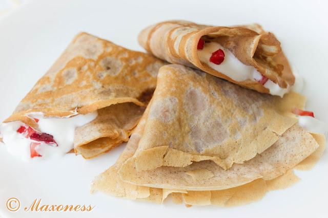 Блинчики с корицей, взбитыми сливками и клубникой. Французская кухня