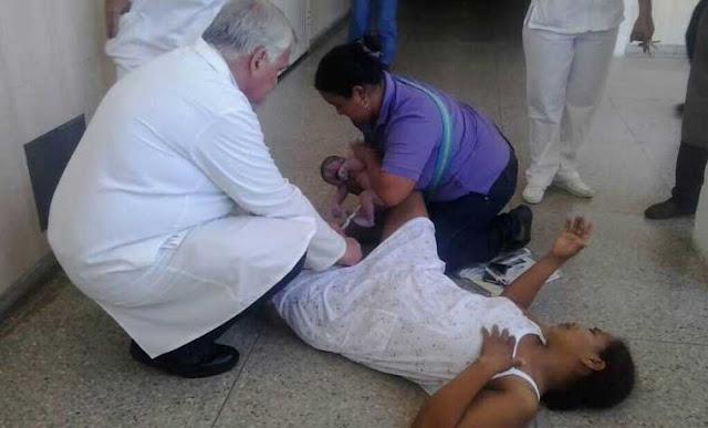 Mujer embarazada pario en el piso del Hospital de Uyapar de Ciudad Guayana