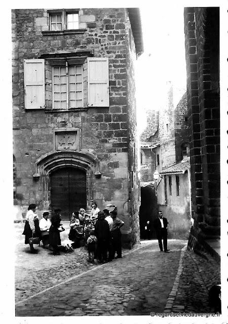 rue du Puy et dentellières, photo de famille noir et blanc