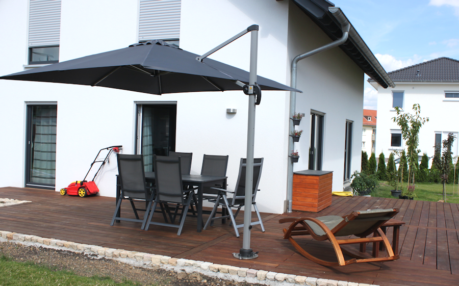 wir bauen ein haus terrasse mit sonnenschirm. Black Bedroom Furniture Sets. Home Design Ideas