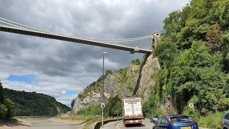 意外走到吊橋下,煩惱如果跨過繁忙的馬路⋯⋯