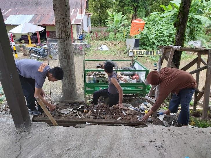 Peduli Kebersihan,Kapolsek Tinggimoncong Polres Gowa Bersama Anggotanya Laksanakan kerja Bakti