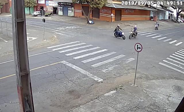 Vídeo flagra exato momento de colisão entre duas motos na Vila portes