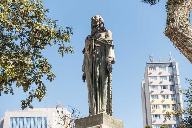Estátua de Tiradentes, obra de João Turin, na Praça Tiradentes, em Curitiba