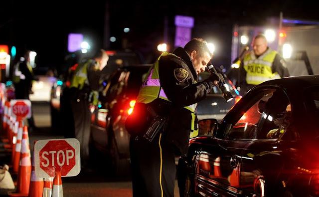 Policías bañan a bebé lleno de vómito en comisaría