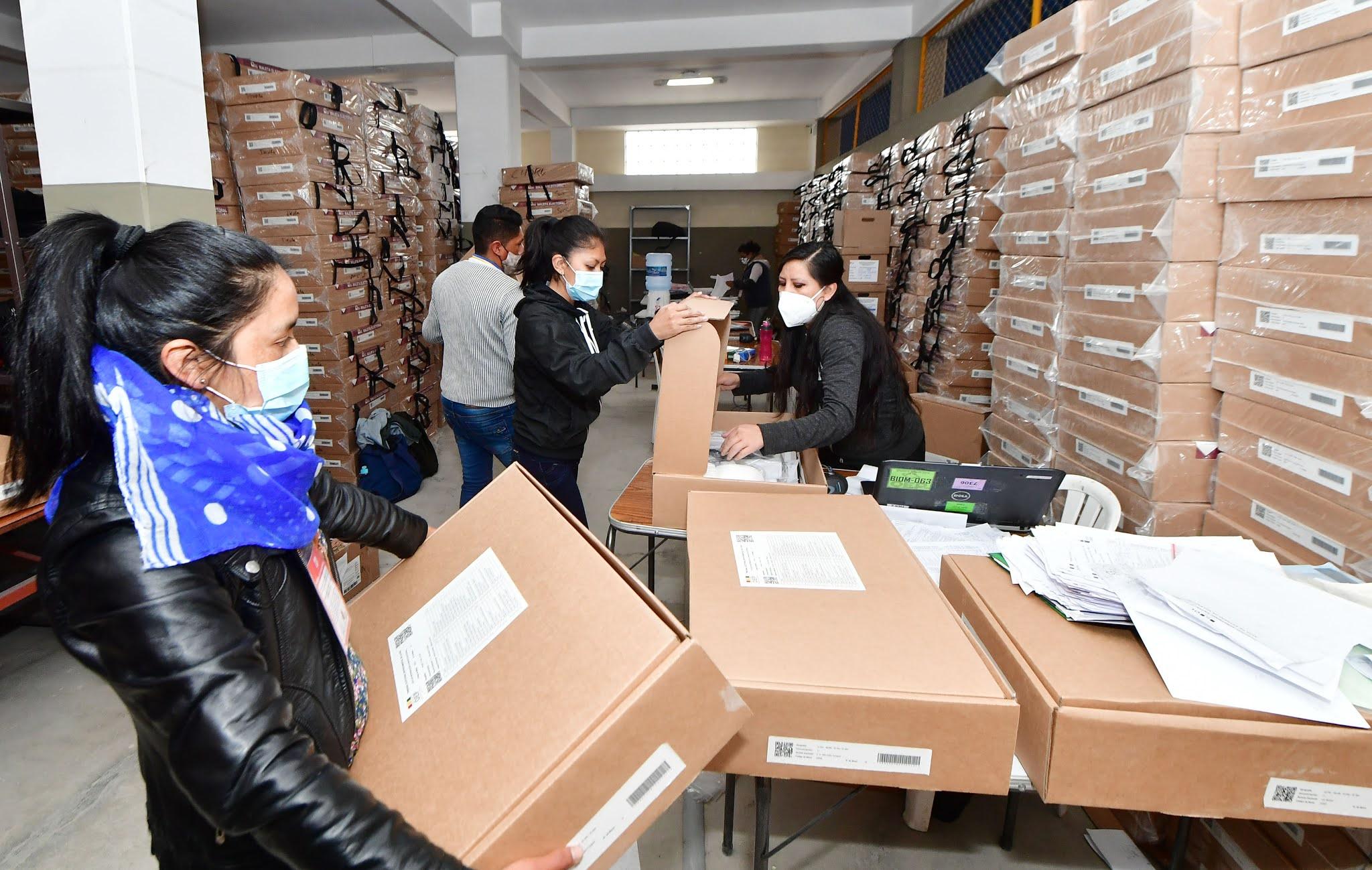 Traslado de maletas electorales con toda la custodia hacia los recintos de votación / ABI