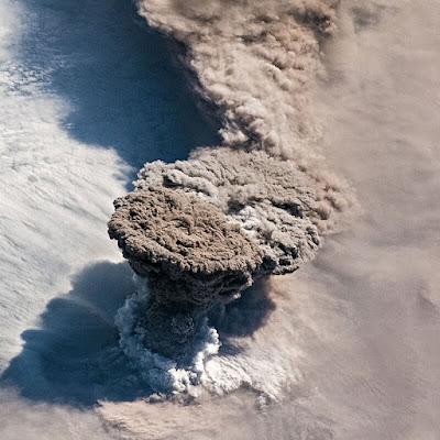 صورة Raikoke Erupts لعمود دخان بركاني و إحدى أجمل الصورة للأرض من الفضاء وفق مشابقة ناسا