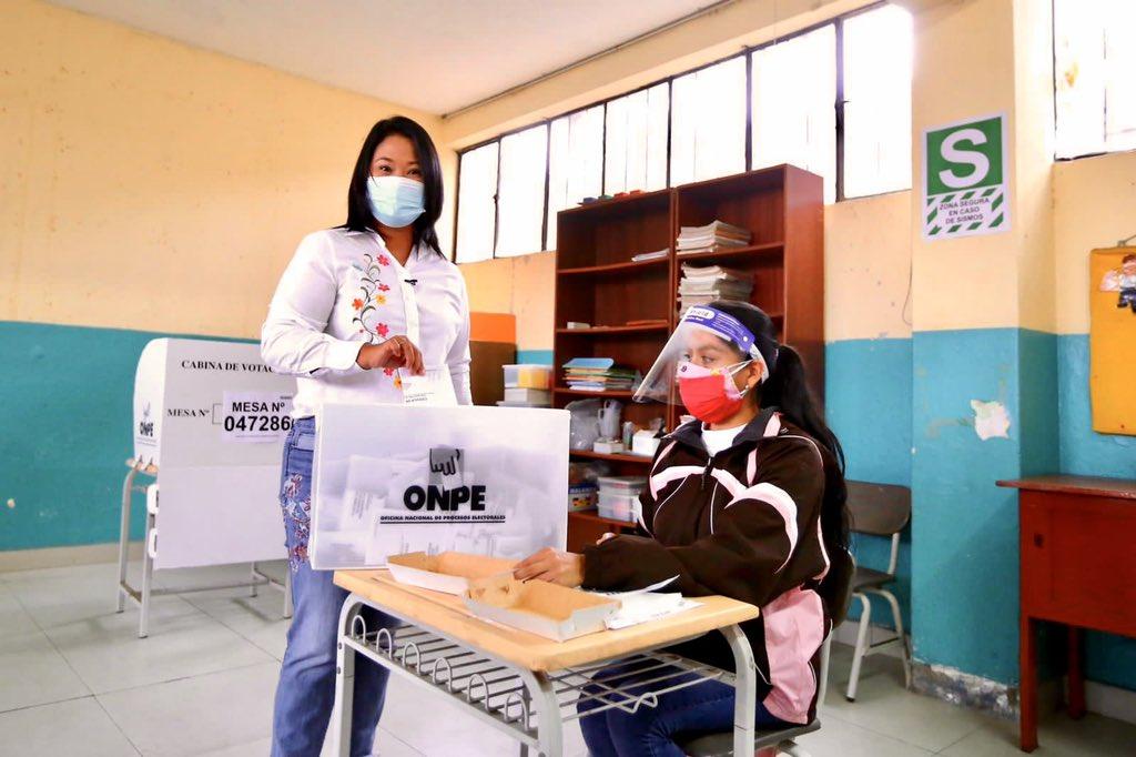 La hija de Alberto Fujimori al emitir su voto el domingo, en su tercera postulación a la Presidencia / TWITTER