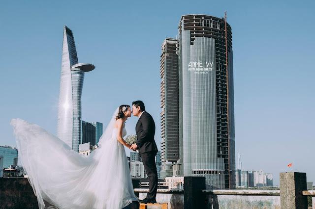 Ảnh cưới có hình tòa nhà bỏ hoang Saigon One