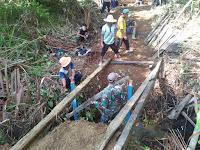 TNI Bersama Warga Gotong Royong Bangun Jembatan