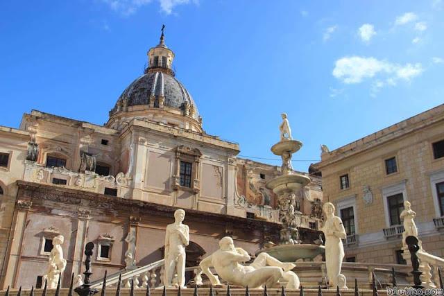các bức tượng chạm khắc tinh tế theo phong cách Hy Lạp
