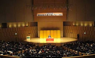 講演会講師・三遊亭楽春の笑いと健康の介護予防講演会の風景。