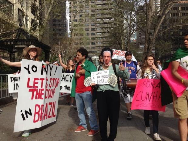 Dilma é aplaudida por manifestantes ao deixar Nova Iorque