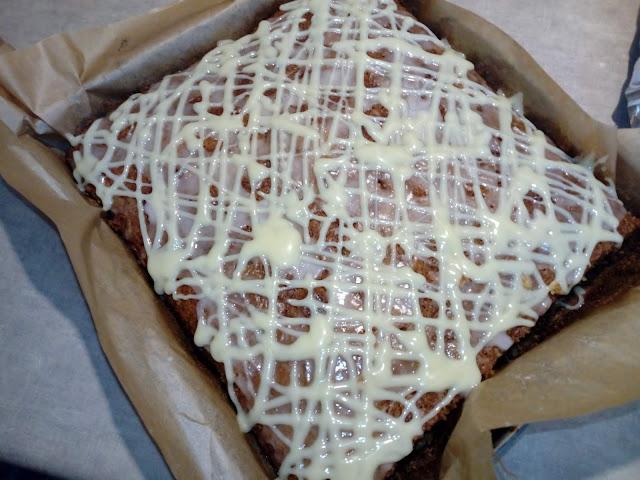 Pomaranczowe ciasto z cukinii ciasto z cukinia ciasto cukiniowe ciasto z kabaczka ciasto kabaczkowe ciasto z biala czekolada ciasto z lukrem ciasto ucierane na oleju wilgotne ciasto co zrobic z cukinii