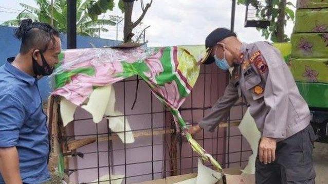 Spring Bed Seharga Rp 900 Ribu Terasa Aneh, Pria Ini Kaget saat Membongkar dan Lihat Isinya