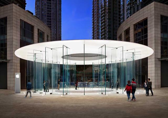 entrada de vidrio y techo blanco a tienda apple Kunming en Yunnan China