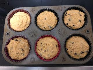 Pâte crue des muffins à la patate douce et aux pépites de chocolat dans moule