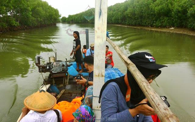 Menyusuri sungai Dasun menggunakan kapal kayu