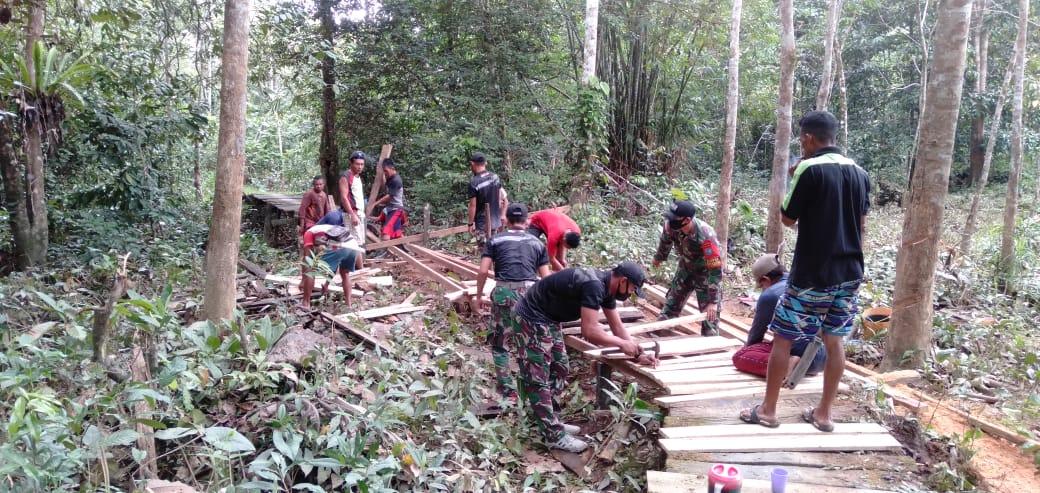 Prajurit Satgas Yonif 642 Perbaiki Jembatan Yang Rusak Akibat Banjir